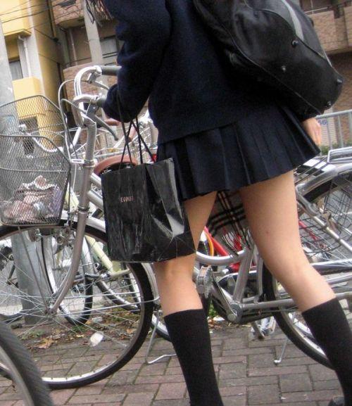 【盗撮画像】ミニスカJKが自転車通学すると当然パンチラしまくるよな 41枚 No.23
