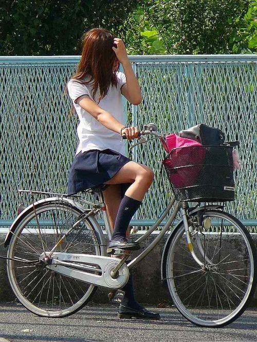 【盗撮画像】ミニスカJKが自転車通学すると当然パンチラしまくるよな 41枚 No.24
