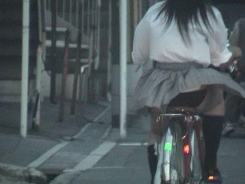 【盗撮画像】ミニスカJKが自転車通学すると当然パンチラしまくるよな 41枚 No.25