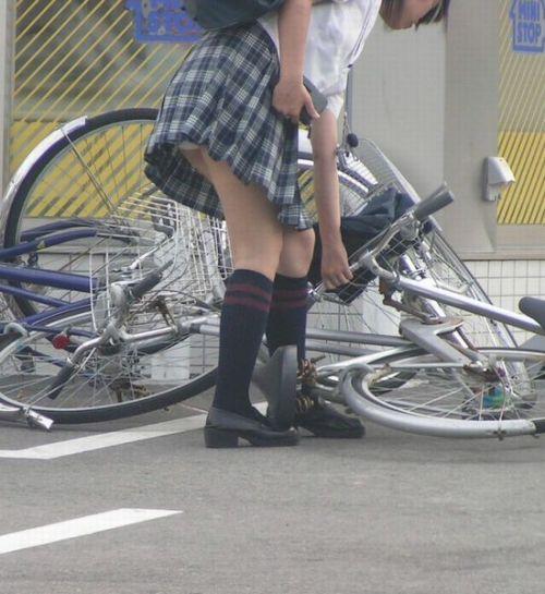 【盗撮画像】ミニスカJKが自転車通学すると当然パンチラしまくるよな 41枚 No.27