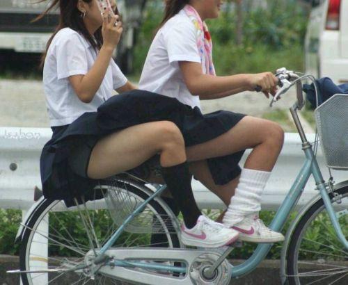 【盗撮画像】ミニスカJKが自転車通学すると当然パンチラしまくるよな 41枚 No.32