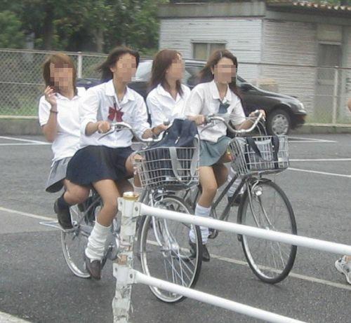 【盗撮画像】ミニスカJKが自転車通学すると当然パンチラしまくるよな 41枚 No.35