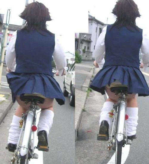 【盗撮画像】ミニスカJKが自転車通学すると当然パンチラしまくるよな 41枚 No.37