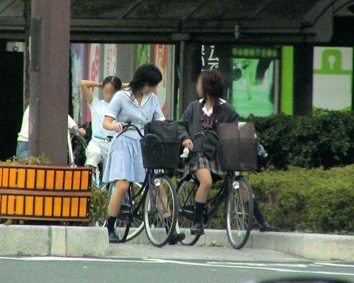 【盗撮画像】ミニスカJKが自転車通学すると当然パンチラしまくるよな 41枚 No.40