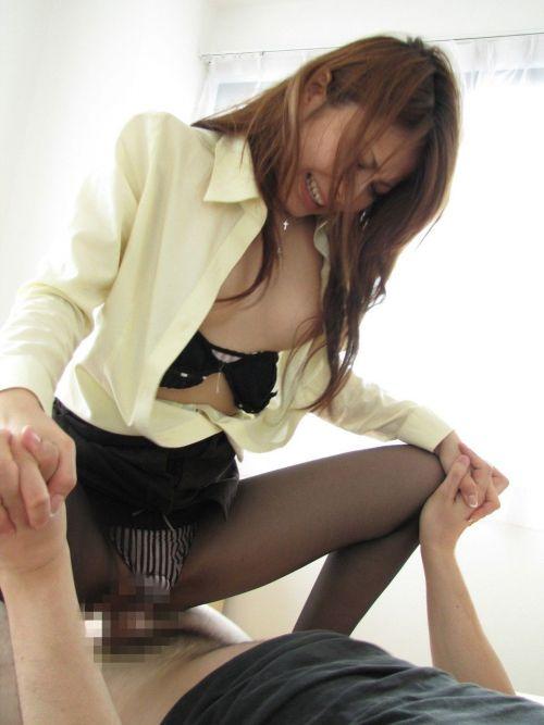 【エロ画像】スタイルの良い巨乳お姉さんがチンコを掴んで騎乗位で挿入! 36枚 No.7