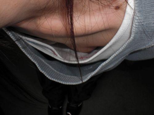 前傾姿勢のお姉さんの胸チラを激写盗撮画像まとめ 42枚 No.4