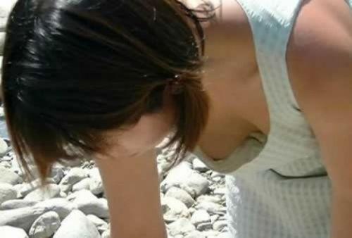 前傾姿勢のお姉さんの胸チラを激写盗撮画像まとめ 42枚 No.5