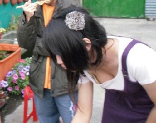 前傾姿勢のお姉さんの胸チラを激写盗撮画像まとめ 42枚 No.10
