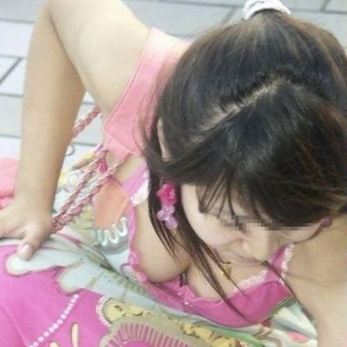 前傾姿勢のお姉さんの胸チラを激写盗撮画像まとめ 42枚 No.11