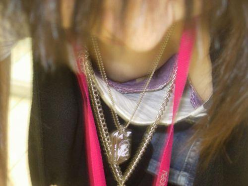 前傾姿勢のお姉さんの胸チラを激写盗撮画像まとめ 42枚 No.19