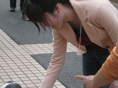 前傾姿勢のお姉さんの胸チラを激写盗撮画像まとめ 42枚 No.20