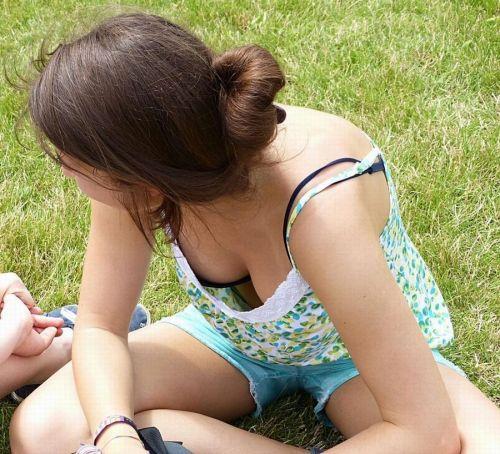 前傾姿勢のお姉さんの胸チラを激写盗撮画像まとめ 42枚 No.26