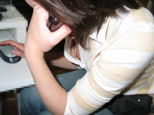 前傾姿勢のお姉さんの胸チラを激写盗撮画像まとめ 42枚 No.29