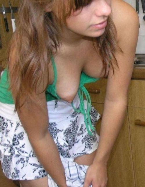 【胸チラ盗撮画像】素人女性の乳首がポロリしちゃってるんだがwww 38枚 No.4