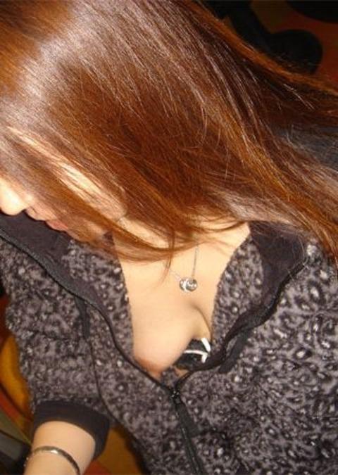 【胸チラ盗撮画像】素人女性の乳首がポロリしちゃってるんだがwww 38枚 No.22
