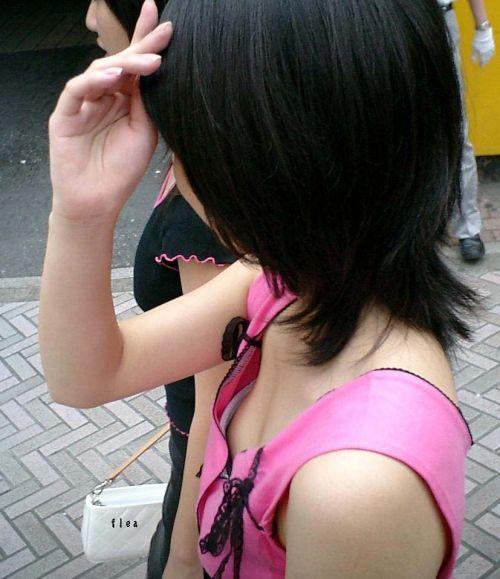 【胸チラ盗撮画像】素人女性の乳首がポロリしちゃってるんだがwww 38枚 No.30