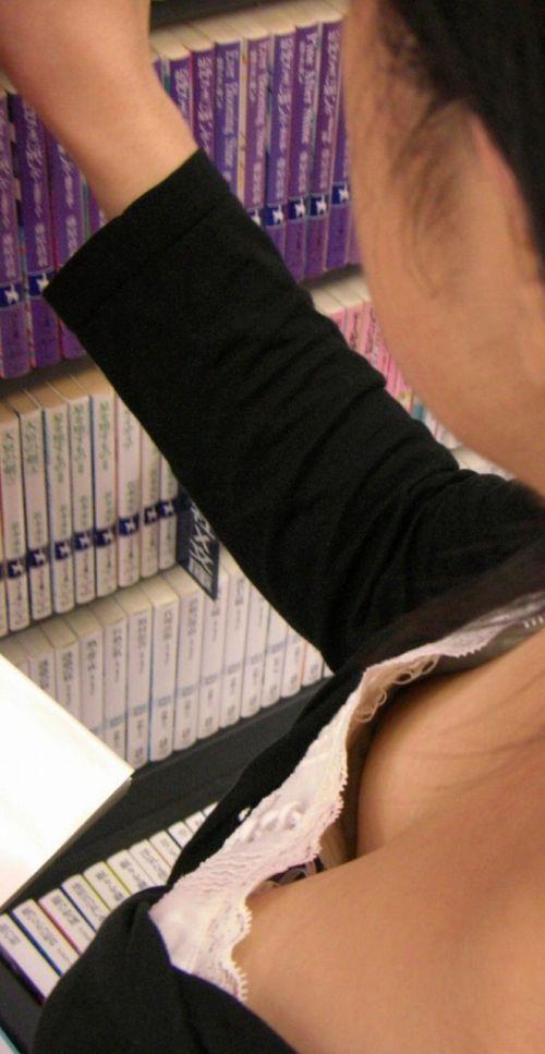 【胸チラ盗撮画像】素人女性の乳首がポロリしちゃってるんだがwww 38枚 No.37