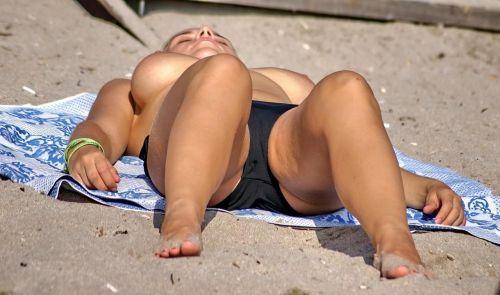 ヌーディストビーチでご機嫌な外人の全裸盗撮画像 37枚 No.29