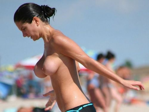 ヌーディストビーチでご機嫌な外人の全裸盗撮画像 37枚 No.32