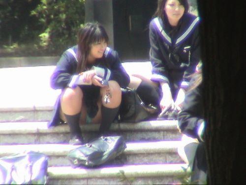 【盗撮画像】パンチラするって分かってて地べたに座り込むJKまとめ 44枚 No.19