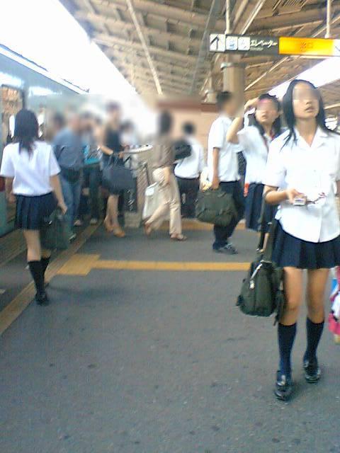 【エロ画像】電車通学中のJKが太もも見せつけてきてエロ過ぎ! 35枚 No.9