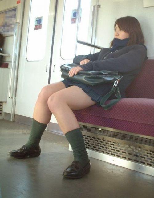 【エロ画像】電車通学中のJKが太もも見せつけてきてエロ過ぎ! 35枚 No.19