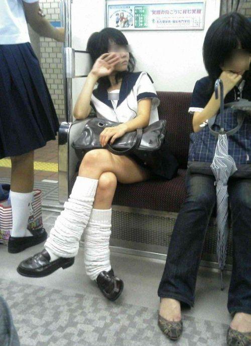 【エロ画像】電車通学中のJKが太もも見せつけてきてエロ過ぎ! 35枚 No.20