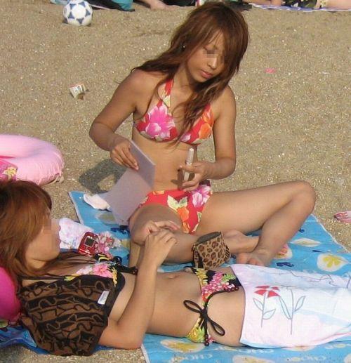 ビーチでさわやかに遊んでる女の子の水着おっぱいを盗撮した画像 35枚 No.6