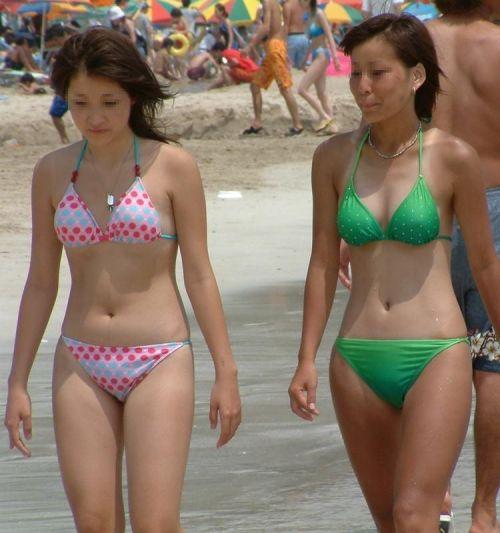 ビーチでさわやかに遊んでる女の子の水着おっぱいを盗撮した画像 35枚 No.13