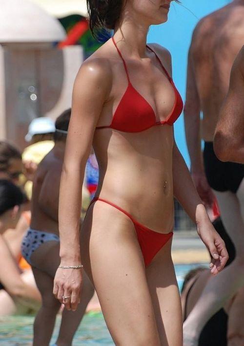 ビーチでさわやかに遊んでる女の子の水着おっぱいを盗撮した画像 35枚 No.14