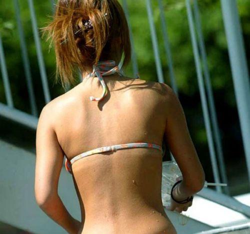 ビーチでさわやかに遊んでる女の子の水着おっぱいを盗撮した画像 35枚 No.18