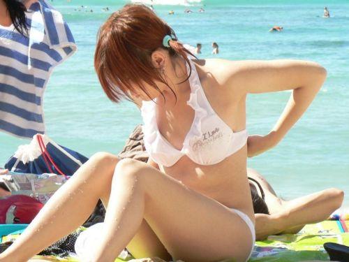 ビーチでさわやかに遊んでる女の子の水着おっぱいを盗撮した画像 35枚 No.23