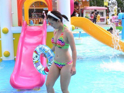 ビーチでさわやかに遊んでる女の子の水着おっぱいを盗撮した画像 35枚 No.24