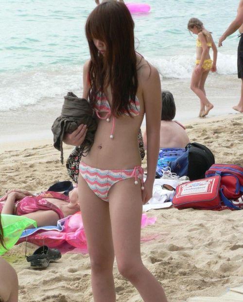 ビーチでさわやかに遊んでる女の子の水着おっぱいを盗撮した画像 35枚 No.30