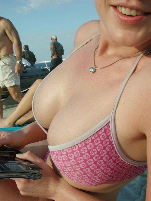 ビーチでさわやかに遊んでる女の子の水着おっぱいを盗撮した画像 35枚 No.34