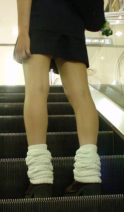 【盗撮画像】スカートの下から見上げるJKのパンツを眺めるスレ 39枚 No.9