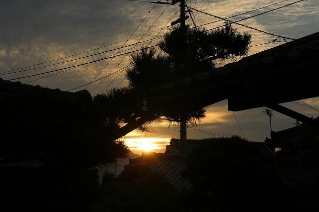 家の庭からの朝陽(6:10) 27.8.28