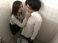 「先生のオナニー見なさい」男子トイレでオナニー見せつけて強制ェラする痴女教師!