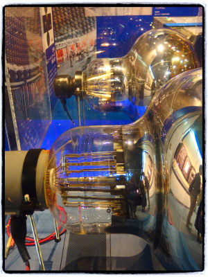 手前の旧式に耐水性を強化させたものが奥の新型。旧式はサビが出て使えなくなったものだそう。普通の電球と違って、電子を感知すると発光するらしい。