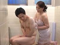1919(熟々)人妻 熟女のアダルト動画:庵叶和子 娘婿の身の回りのお世話をする四十路美熟なお義母さん「娘の入院で溜まってるんでしょう。私に任せて♪」