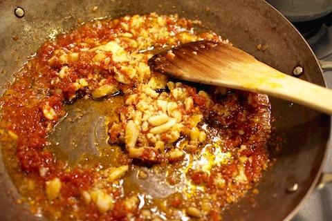 玉ねぎとトマトのソースにタラ投入