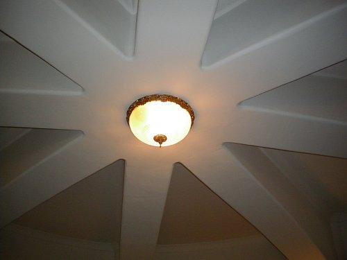 二本榎出張所・ホール天井