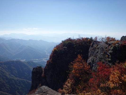 金城山からの岩峰と魚沼路