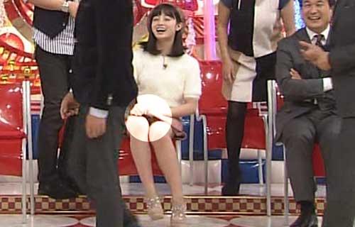 橋本環奈 なんでもワールドランキングで股間から割れ目に食い込んだ純白のパンツが丸見えパンチラ