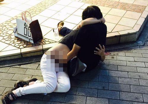 三ノ宮の路上で女のパンツを脱がせて 手マンするカップルが見つかり、twitterで拡散されるwwwwww