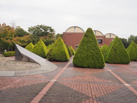 h27,10山梨県立美術館の前庭