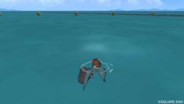 服を着て海に1