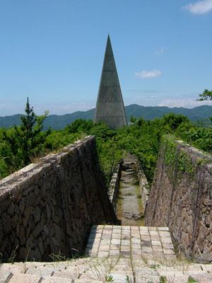 廃墟となっている学徒の塔