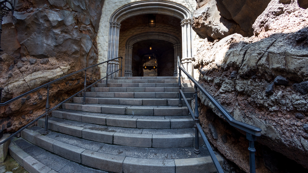 中庭から洞窟へ(フォートレス・エクスプロレーション)
