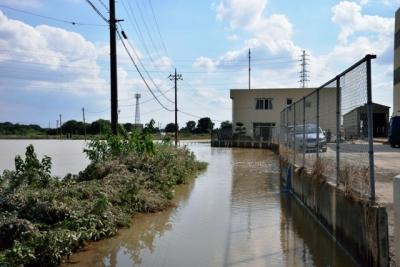 常総線車両基地東側にはまだ泥水